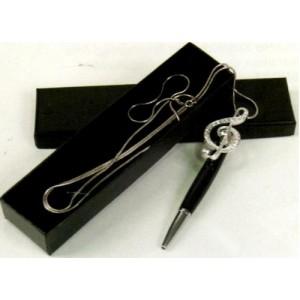 stylo avec décoration et chaîne